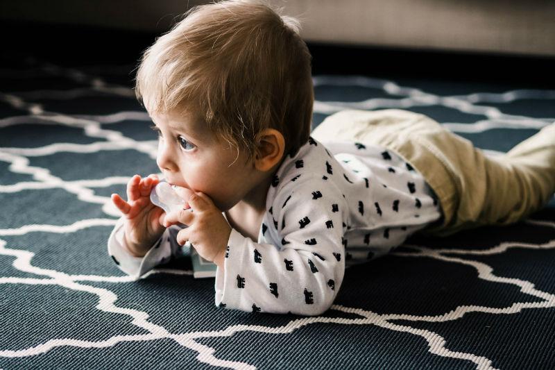 bébé qui machouille sa sucette